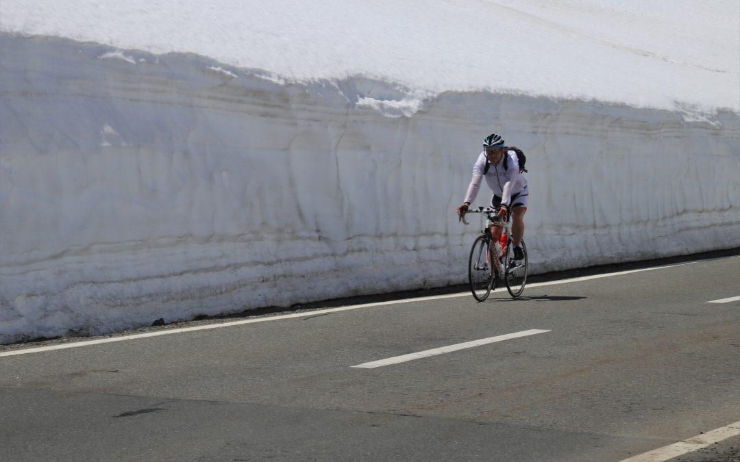 Man wearing full mountain bike gear